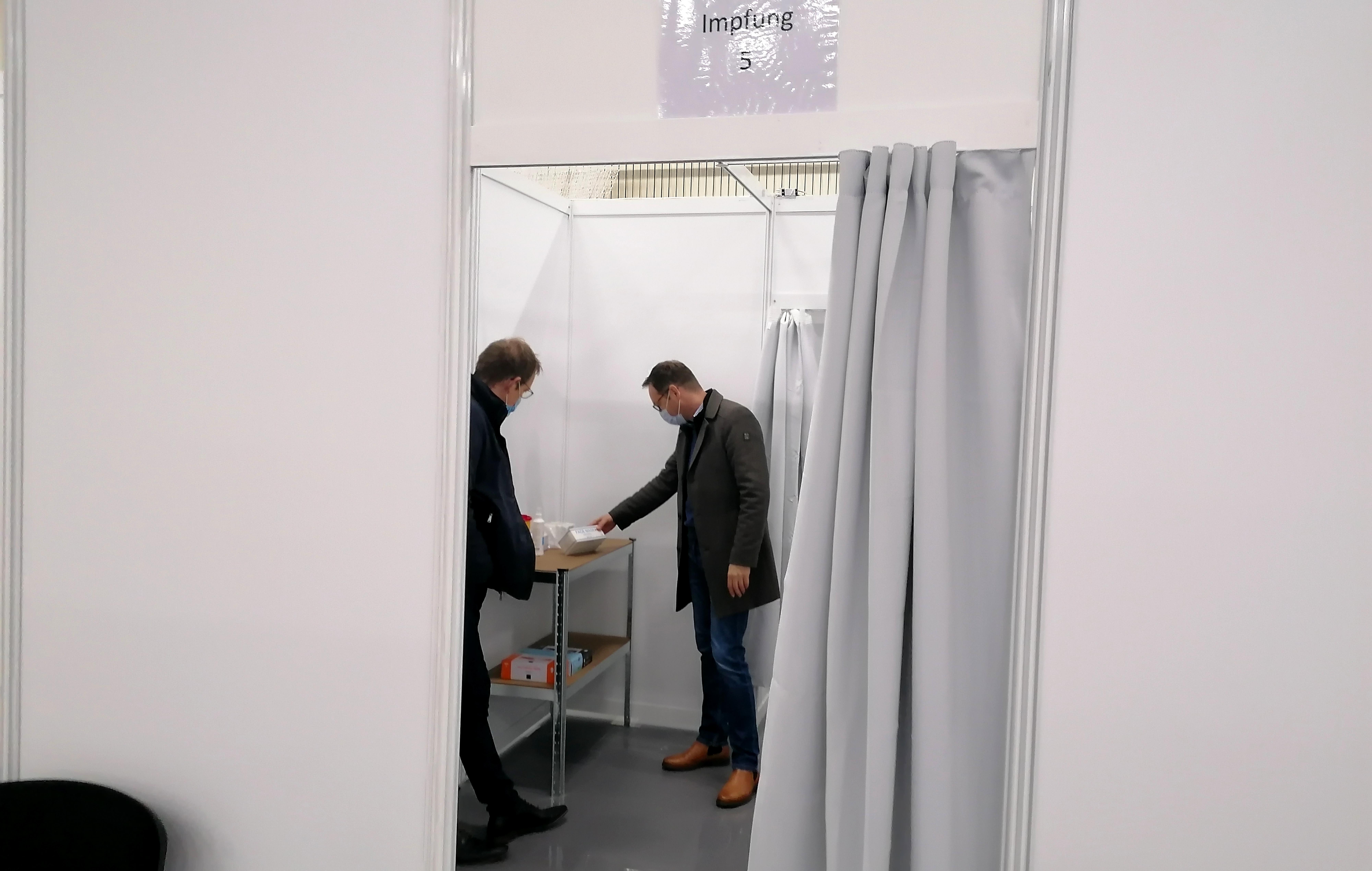 """SPD-Landtagskandidat Dr. Alexander Wilhelm im Impfzentrum Polch: """"Voller Hoffnung in besseres Neues Jahr!"""" (Pressemitteilung)"""